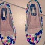 Sapatilha customizada com botões coloridos