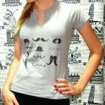 Customizando camiseta com tesoura e marcador