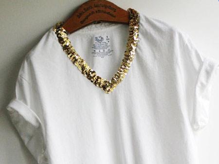 camiseta branca com decote de lantejoulas