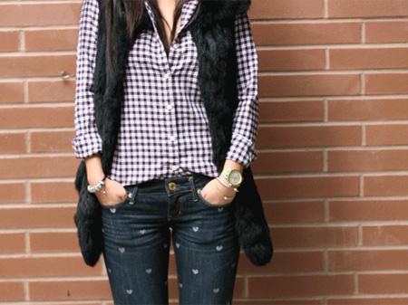 calça jeans com corações pintados