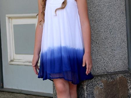 Vestido branco com dip dye azul na barra