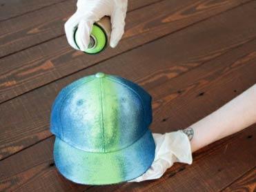 customização de boné com tinta spray e renda