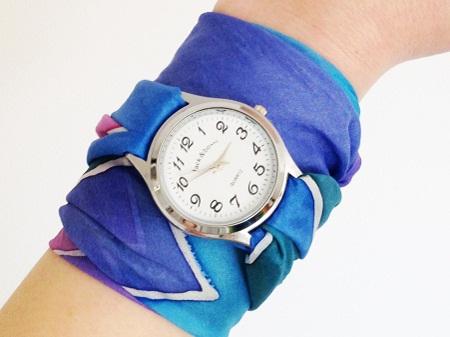 relógio com pulseira de lenço