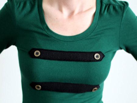 blusa com referência militar usando botões