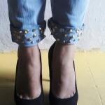 Calça jeans com tachinhas na barra