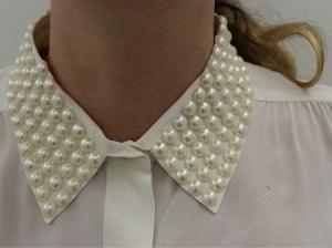 camisa customizada com pérolas na gola