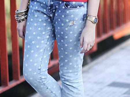 Calça jeans com degradê e bolinhas brancas