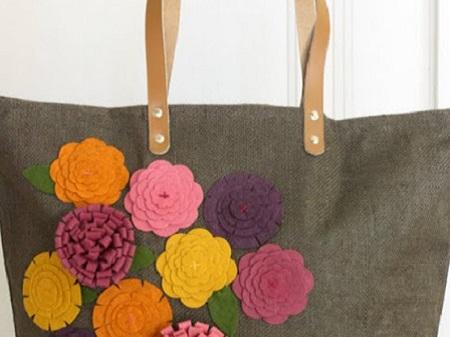 bolsa customizada com flores de feltro