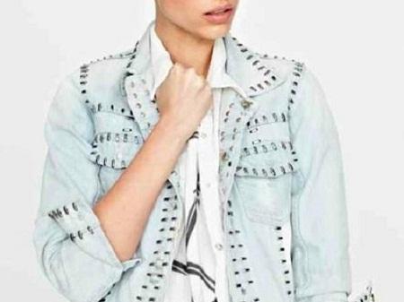 jaqueta com contorno de tachinhas