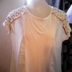 Blusa branca customizada com lantejoula dourada