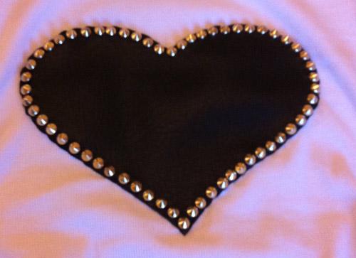 Blusa customizada com coração e spikes