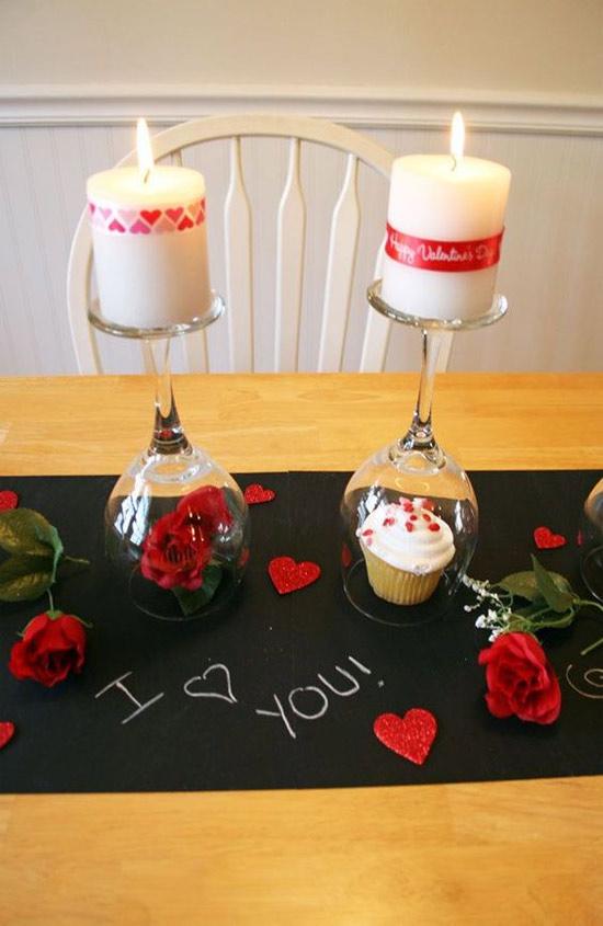 Decoração: ideias para o Dia dos Namorados - taças viradas com velas em cima, na mesa um papel preto escrito i love you, rosas e corações vermelhos