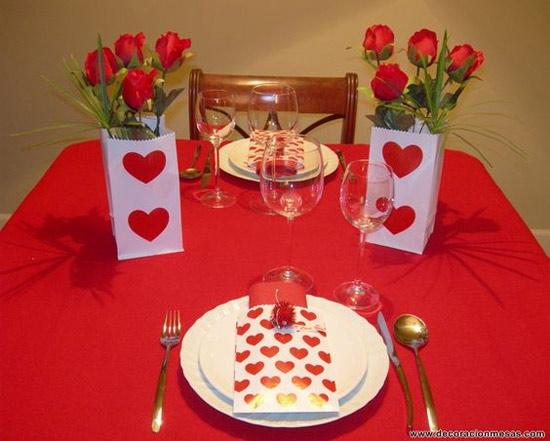 Decoração: ideias para o Dia dos Namorados - mesa posta para dois com toalha vermelha