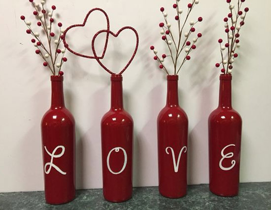 Decoração: ideias para o Dia dos Namorados - 4 garrafas de vidro pintadas de vermelho com as letras de Love