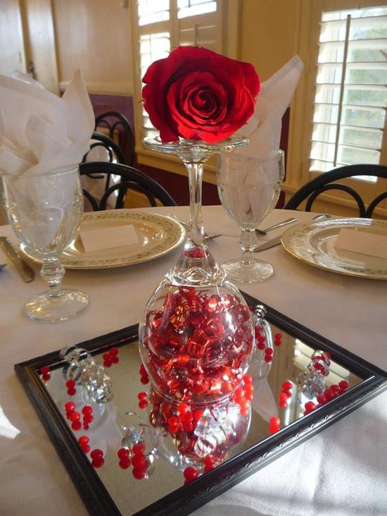 Decoração: ideias para o Dia dos Namorados - mesa decorada para dois - com espelho ao centro como bandeja e taça virada com rosa vermelha em cima