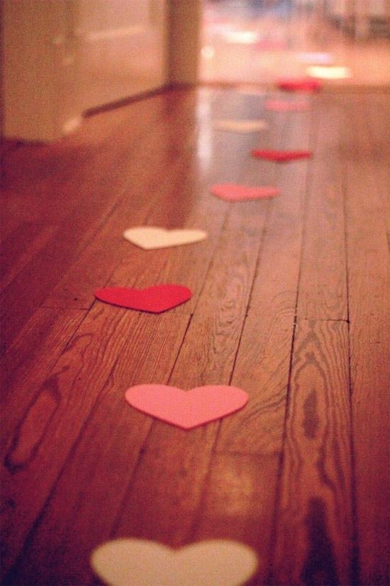 Decoração: ideias para o Dia dos Namorados - rastro do amor - corações no chão levam ao quarto