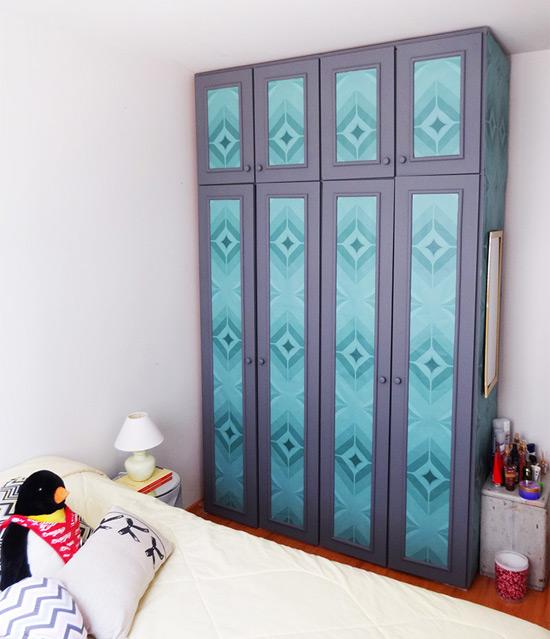 Como customizar guarda-roupa com papel de parede adesivo