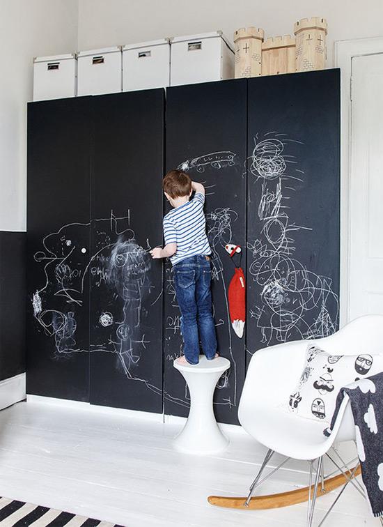Como customizar guarda-roupa com tinta de lousa