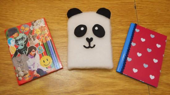 Aprenda nesse super tutorial como customizar seus cadernos, escolha entre o fofinho panda, colagem com revistas ou papel adesivo.