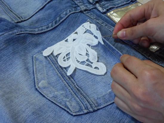 Como customizar calça jeans com renda