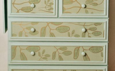 como customizar cômoda antiga com papel de parede