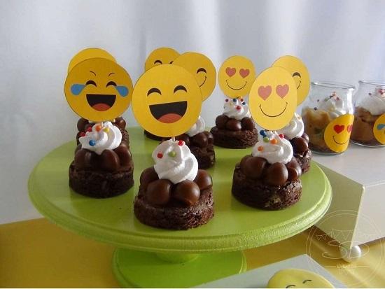 Como fazer decoraç u00e3o de festa emoji CUSTOMIZANDO NET Blog de customizaç u00e3o de roupas, moda  -> Decoração De Emoji Para Festa