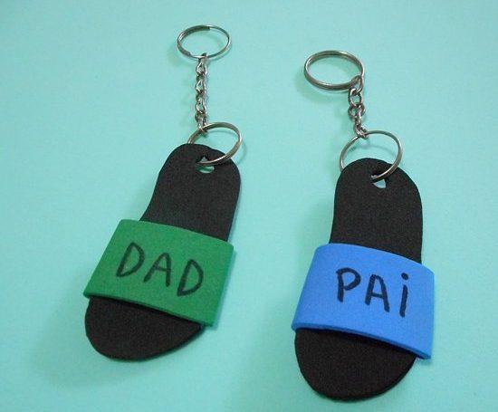 Como fazer chaveiro em formato de chinelo para o Dia dos Pais