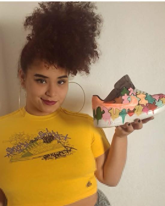 Conheça a artista Juliana Schiezaro, da marca From Ghetto to Ghetto, que customiza e restaura tênis de grifes.