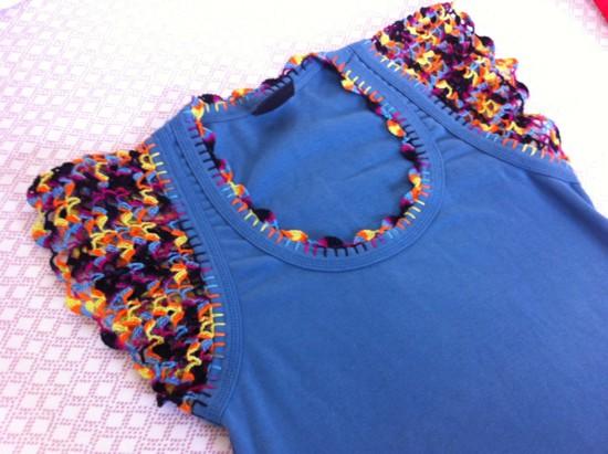 Camiseta customizada com crochê colorido