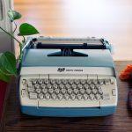 Decoração com máquina de escrever antiga